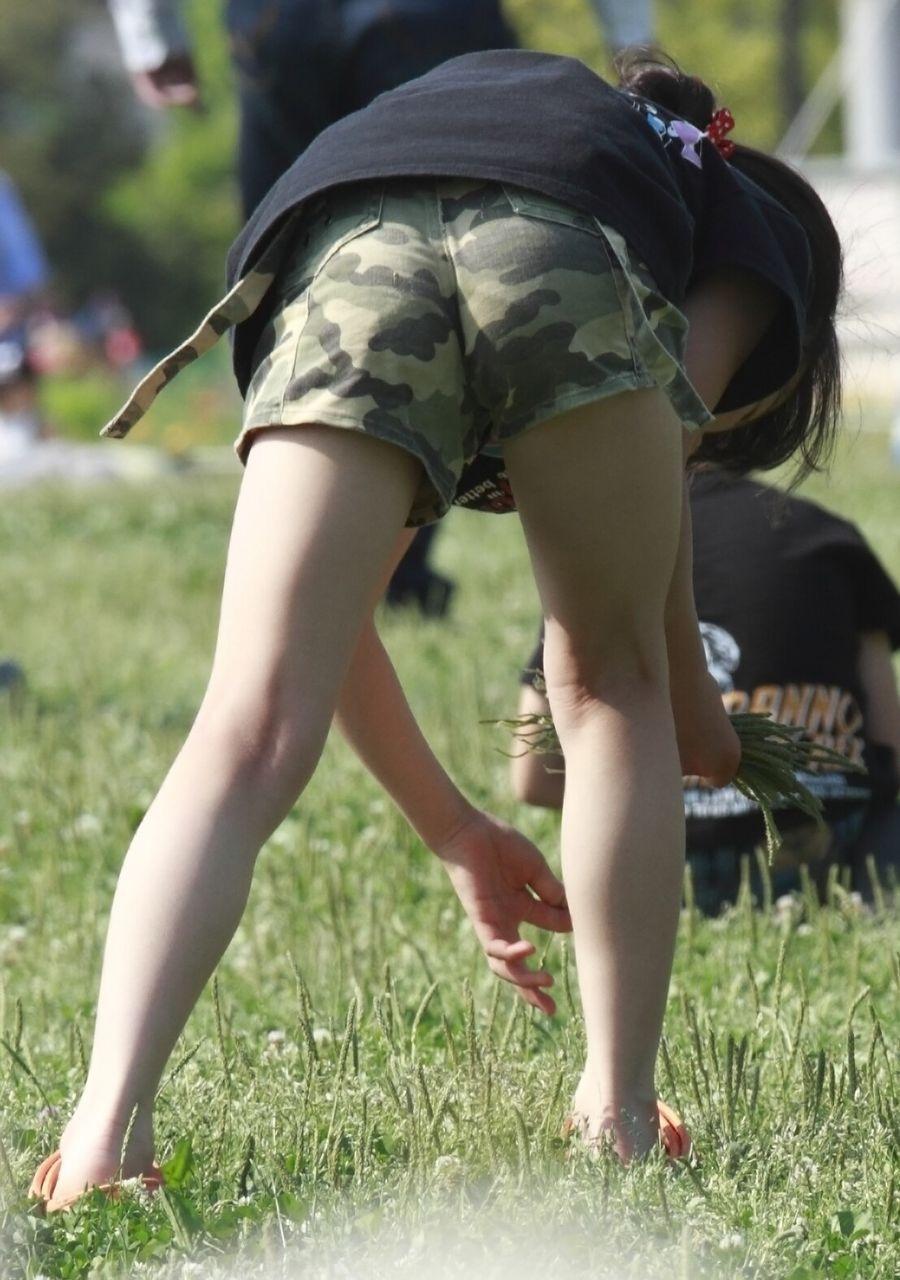 迷彩ホットパンツのJSの美脚を狙う!