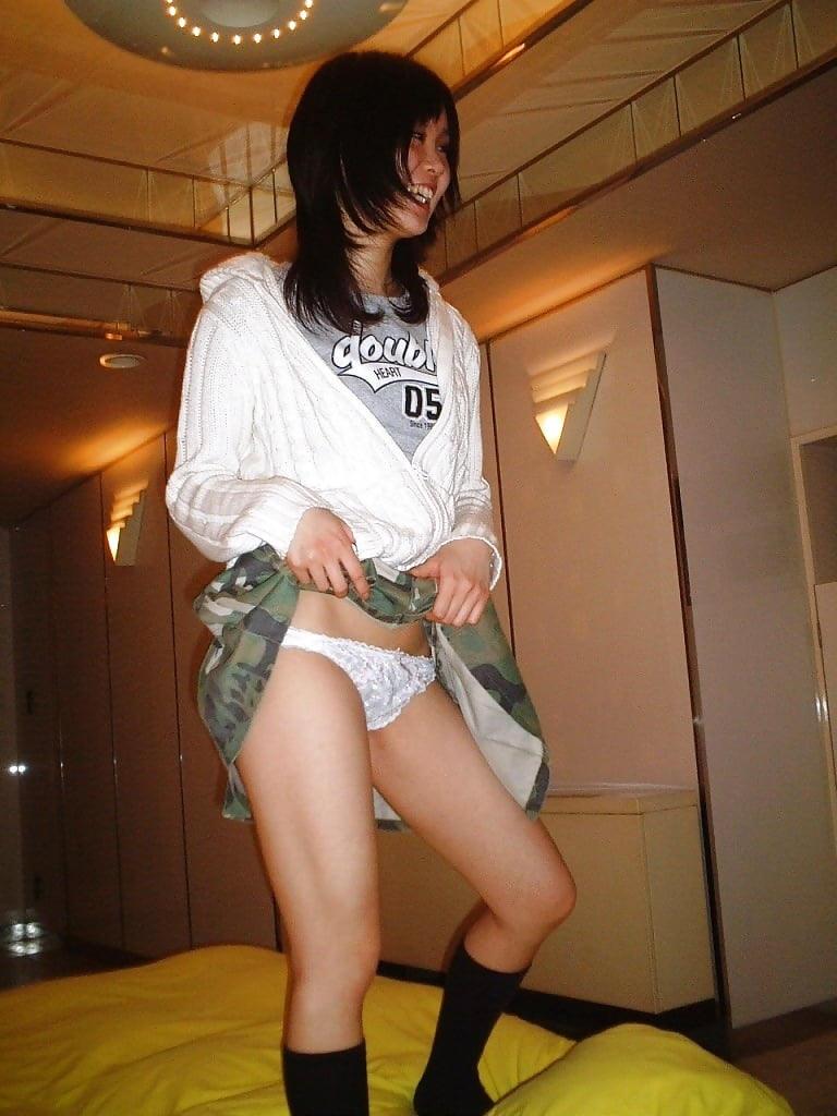 スカートを捲って笑顔でパンツを見せる!