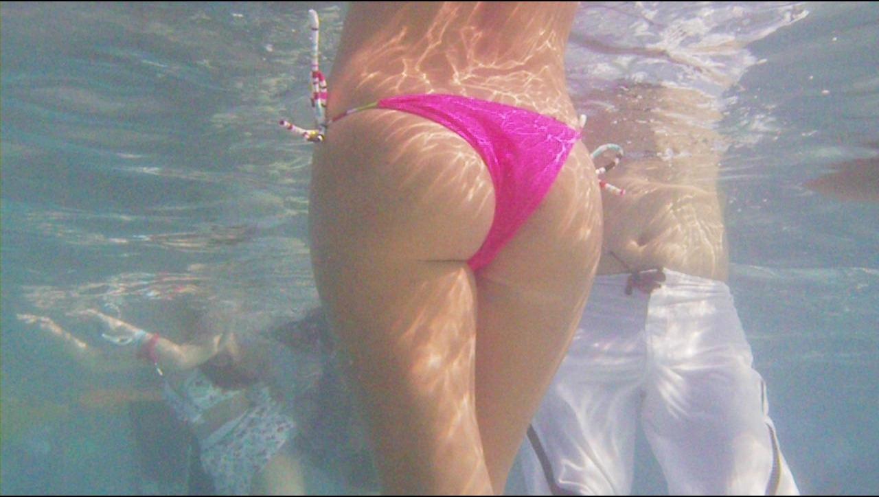 水中で見た水着尻は神秘すぎて興奮する!