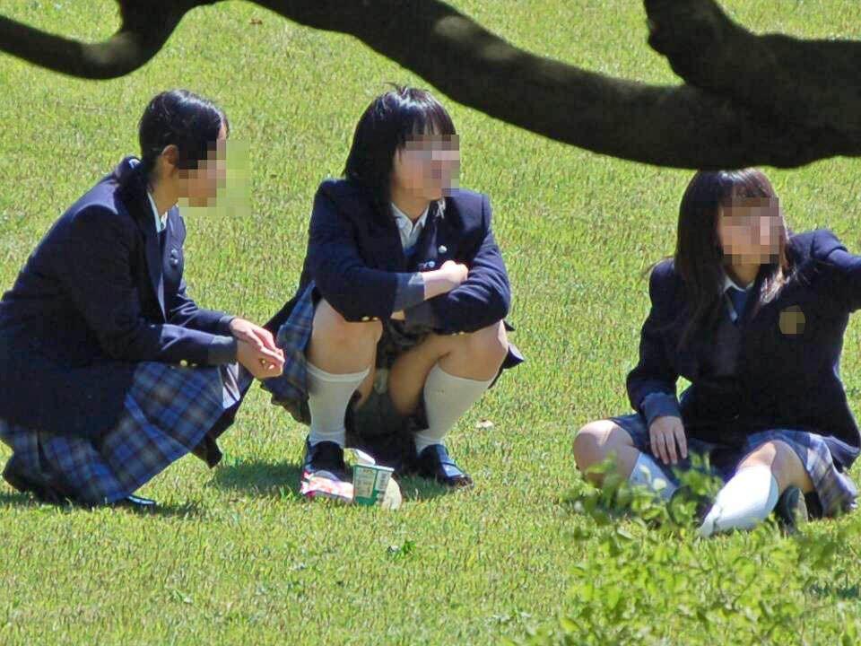 公園で寛いでいる女子校生たちを隠し撮り!