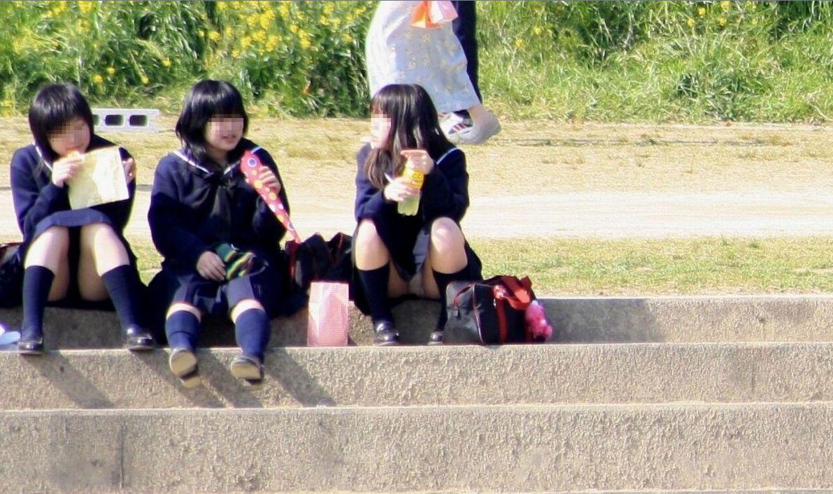 女子校生たちの階段パンチラを正面から見る!