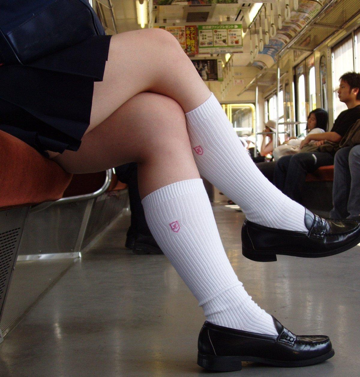横アングルから女子校生の美脚を盗撮!