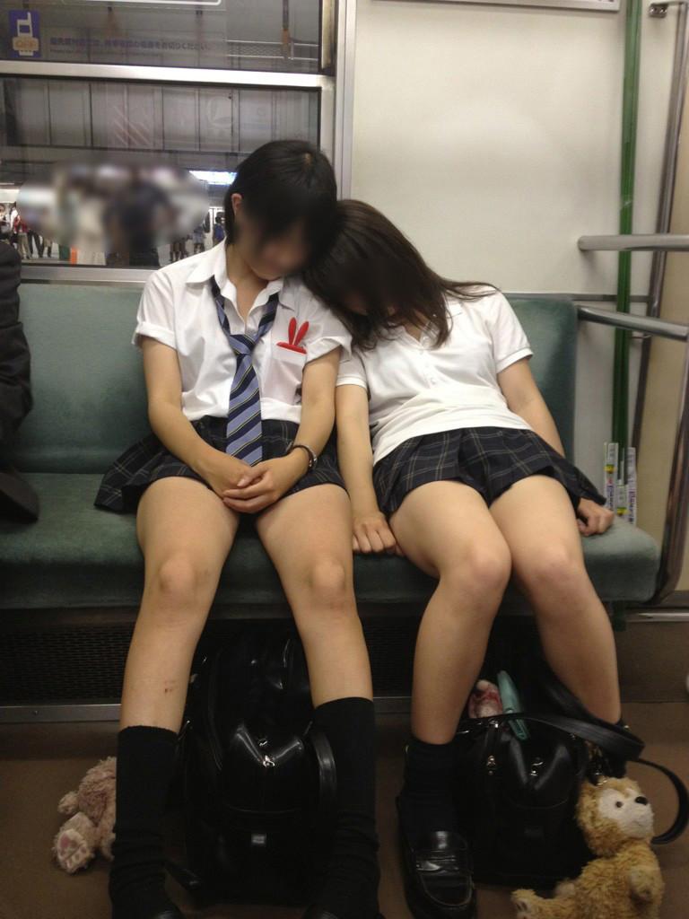 電車内で熟睡してるJK達の下半身を撮影!