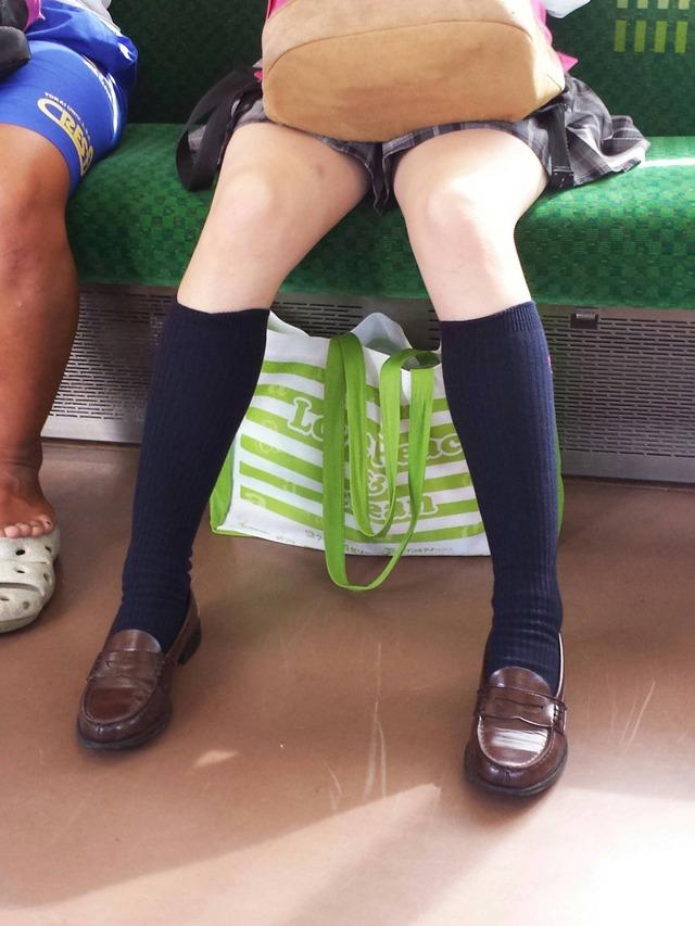 制服JKの色白な美脚をスマホで隠し撮り!