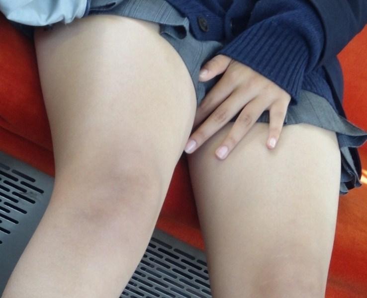 女子校生の生足の太股を接写撮り!