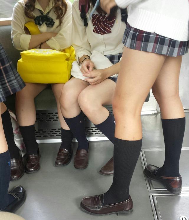 女子校生の足を見てるだけで興奮する!
