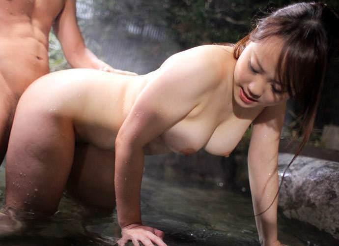露天風呂で立ちバックして絶頂する美巨乳美女!