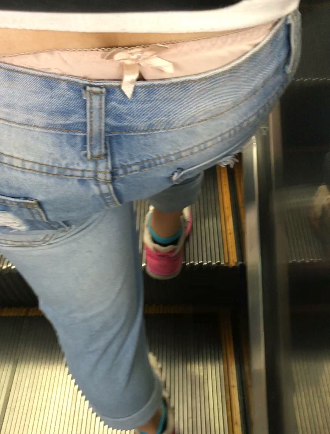 エスカレーターで至近距離からパンツを盗撮!
