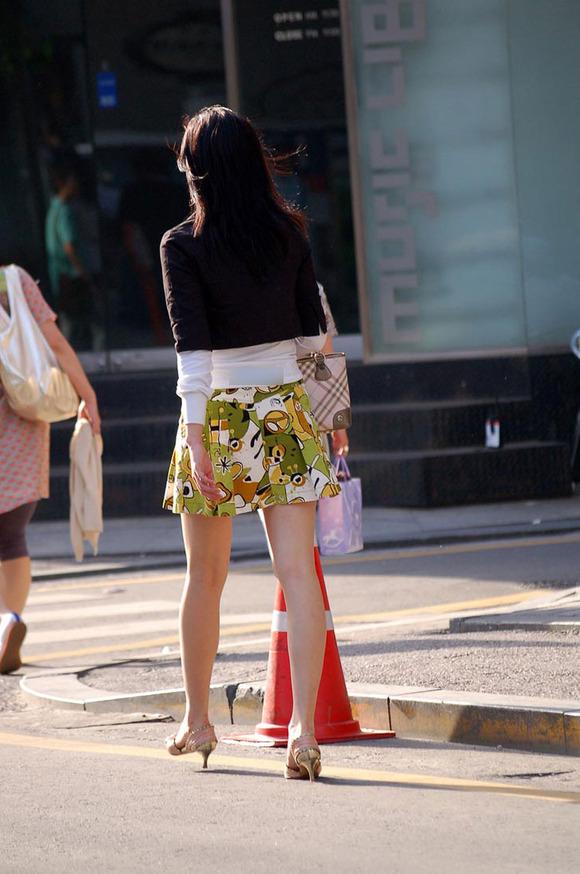 柄が派手なスカートから伸びる美脚がエロい!
