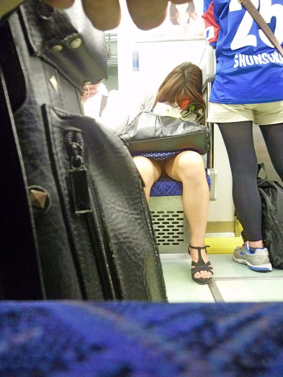 電車で居眠りする水玉スカートのお姉さんを盗撮!