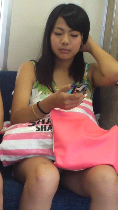 座席に座ってる女の子がパンツがチラッと見えた!