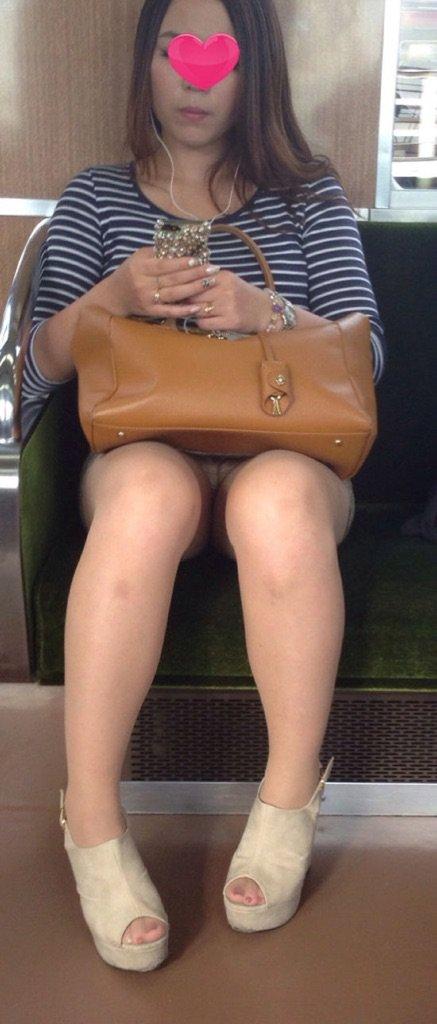 対面に座るお姉さんのパンティーを眺める!
