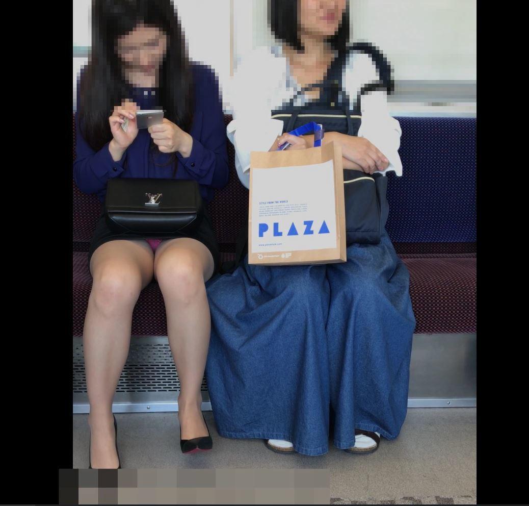 清楚な女性のスカート内が丸見え!