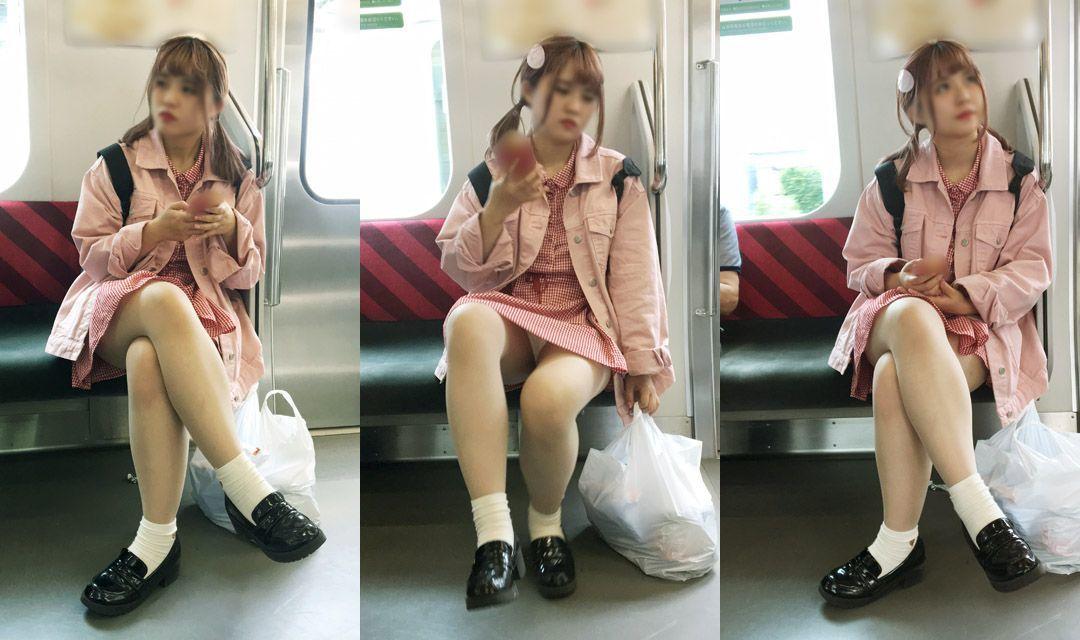 女の子が足を組む時にパンチラする!