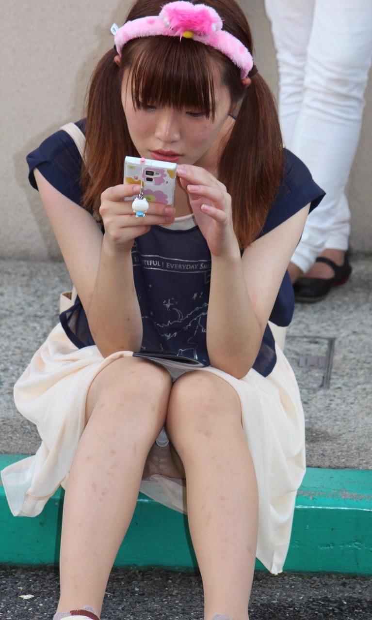 ツインテールが可愛い女の子のパンツを覗く!