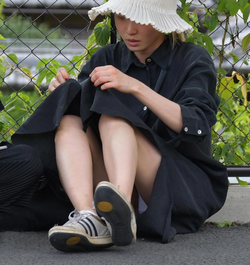 黒色の服装の素人女性の純白パンツがチラリ!