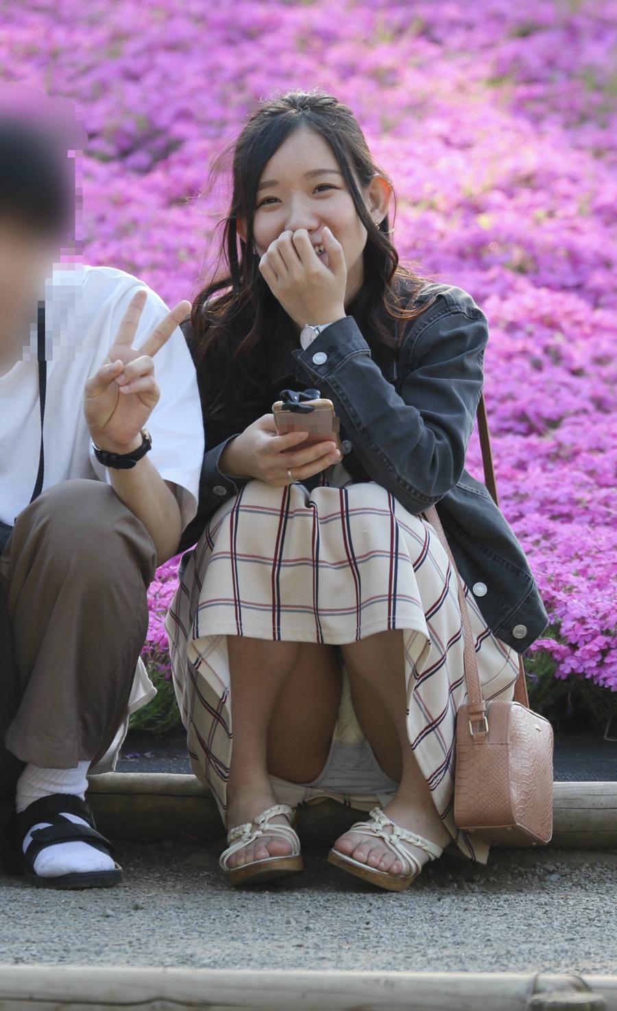 座りパンチラしてる笑顔が可愛い素人女性!