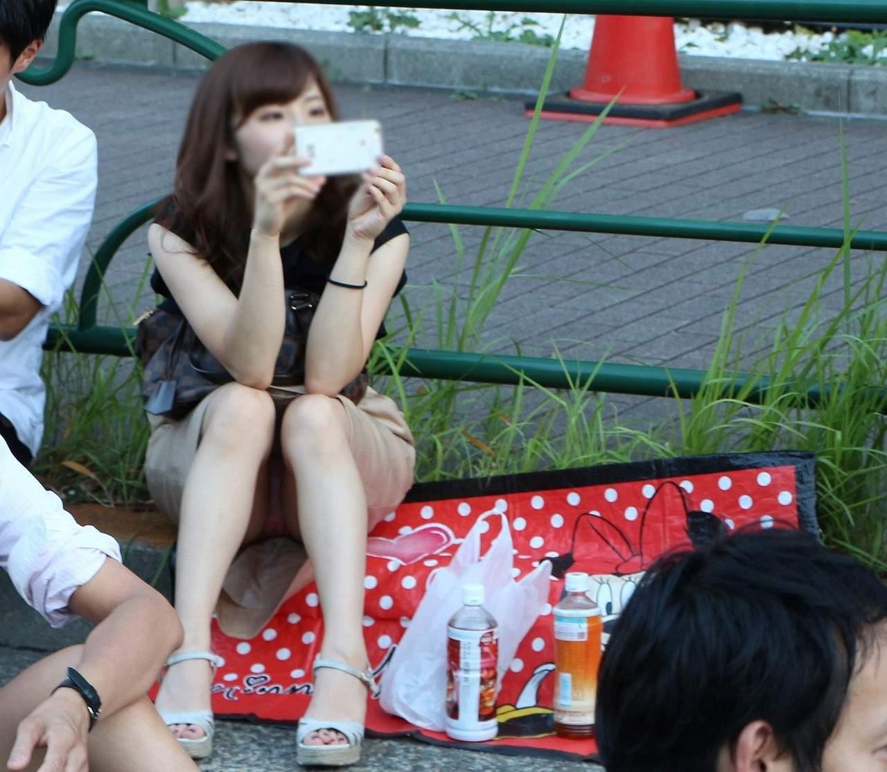 スマホで写真を撮ってる女性のパンツが丸見え!