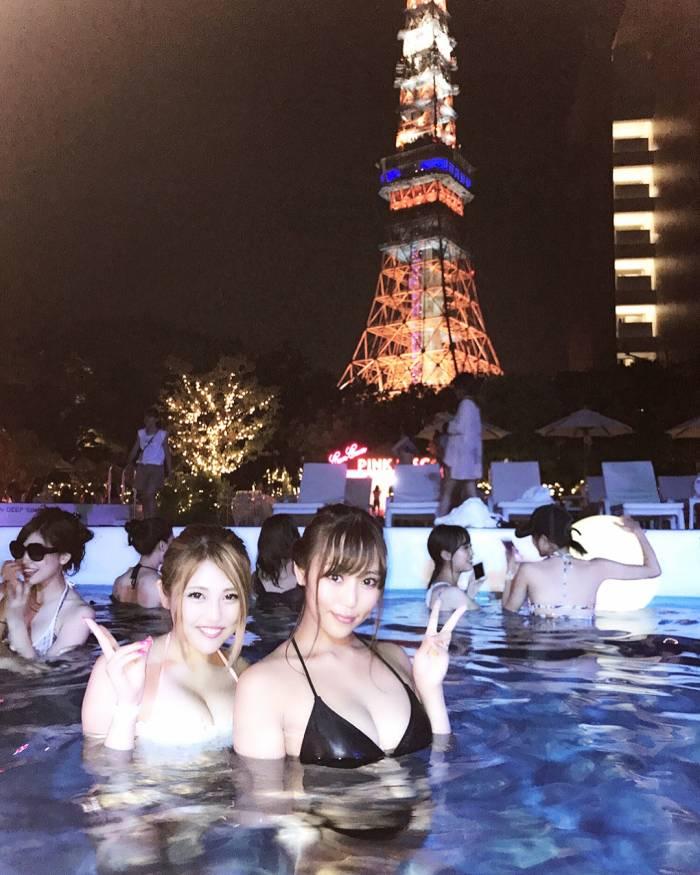 ナイトプールで遊ぶ巨乳美女たちを眺める!