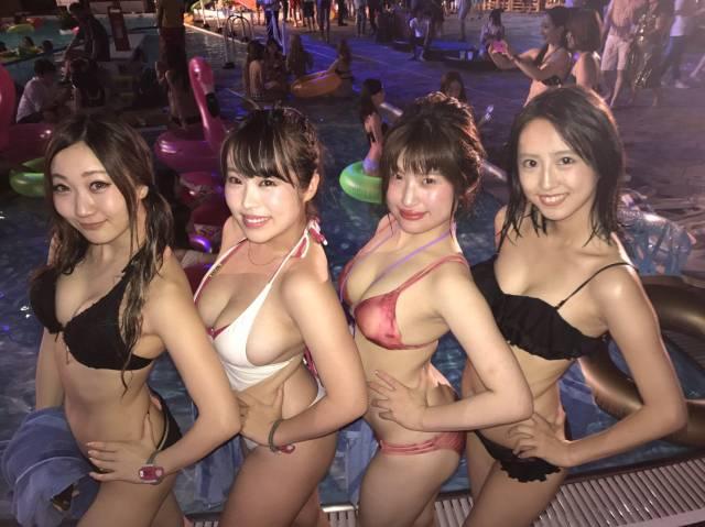 4人組のビキニ水着姿がセクシーで興奮!