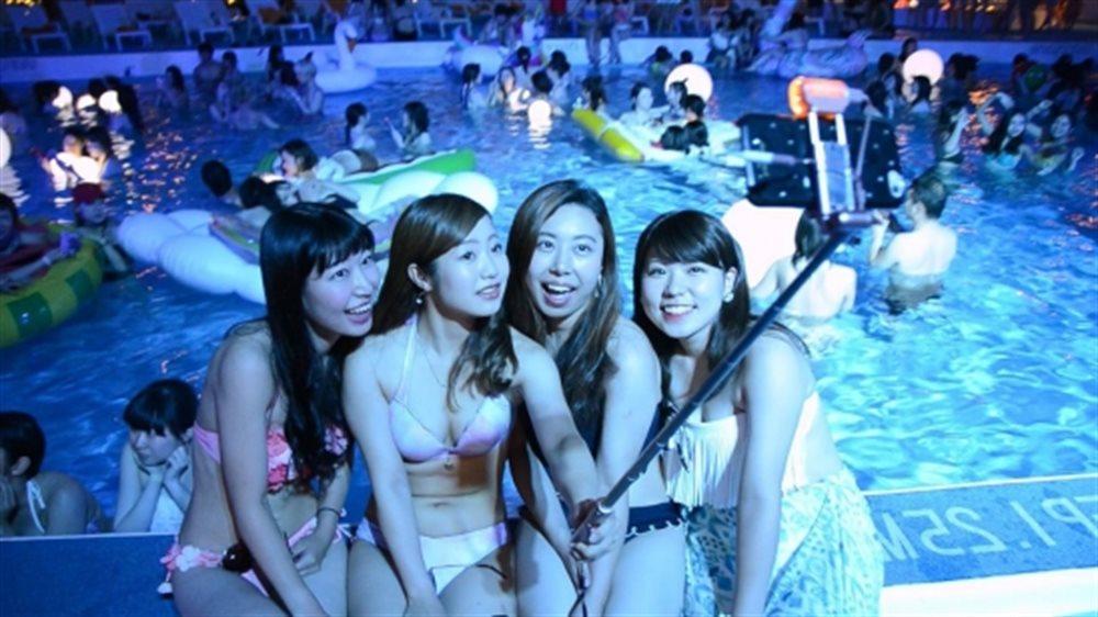 素人水着美女たちがナイトプールで自撮り!