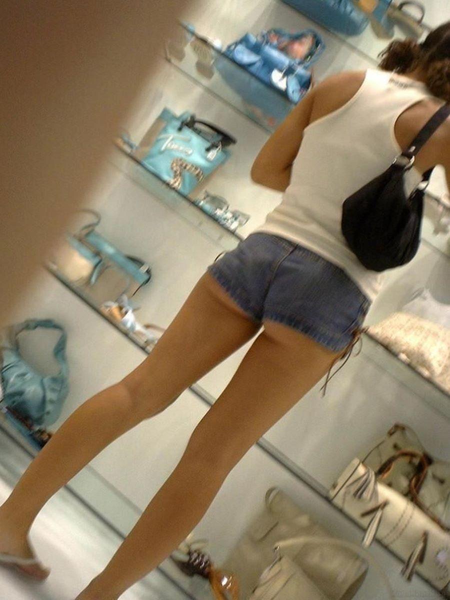 買い物してるホットパンツ美女を隠し撮り!