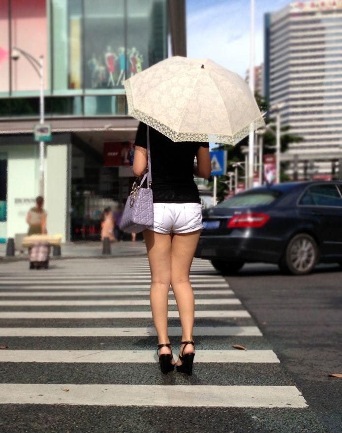 日傘を差してる短パン美脚お姉さんの街撮り!