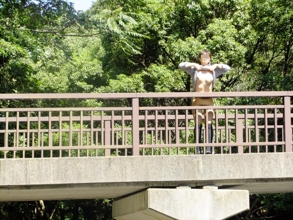 橋の上で服を捲っておっぱい露出してる!
