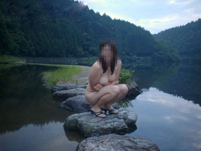 山奥の湖で野外露出してる巨乳お姉さん!