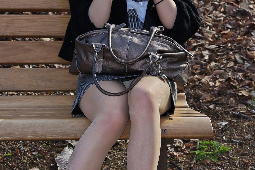 ベンチに座るお姉さんのパンツを正面撮り!