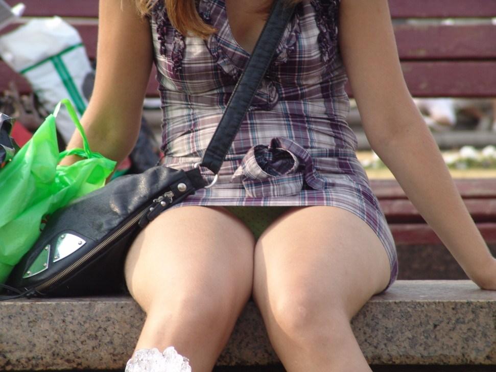 ベンチに座る女性のデルタゾーンをズーム撮り!