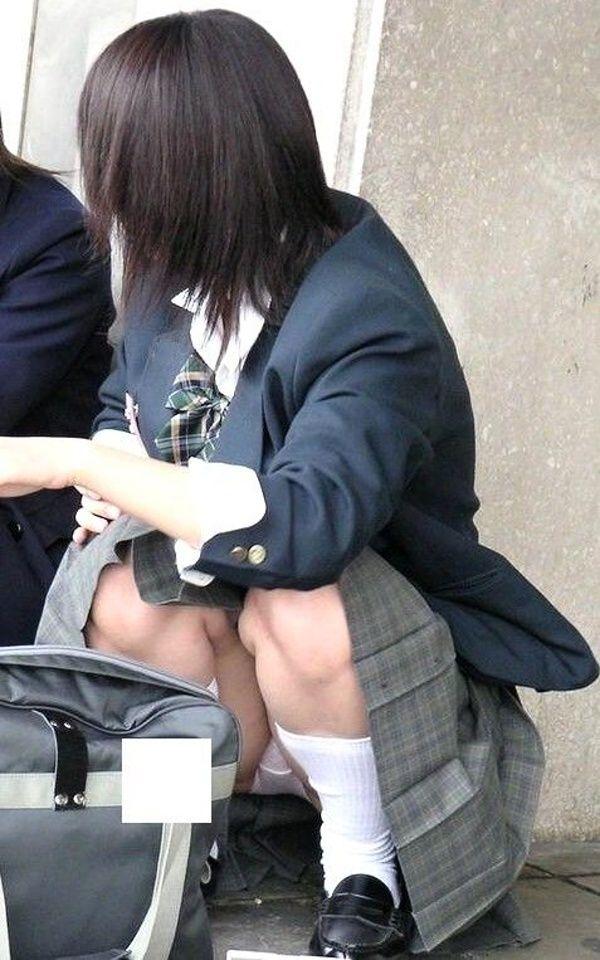 友達と談笑する女子校生の座りパンチラ盗撮!