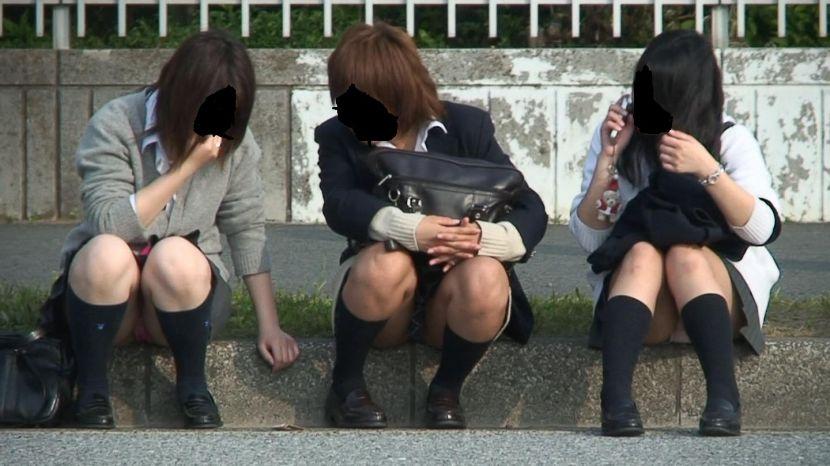 女子校生3人組のパンツを同時に盗撮してる!
