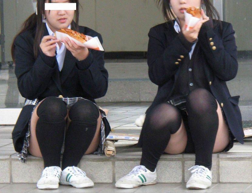 ホットドックを食べてるJKのパンツを正面撮り!