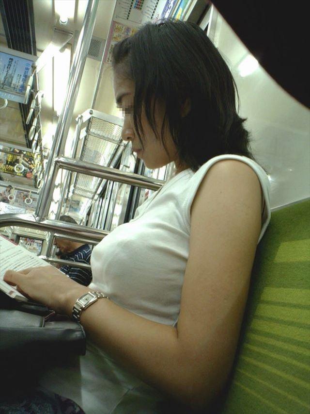 本を読んでるお姉さんの着衣巨乳に釘付け!