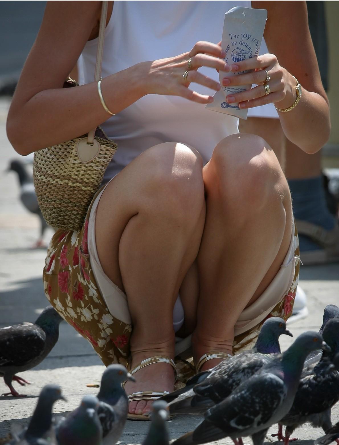 美脚女性がしゃがんで純白パンツを見せる!