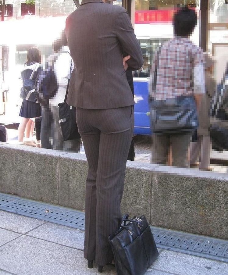 働く女性がパンツスーツ姿で透けパン!