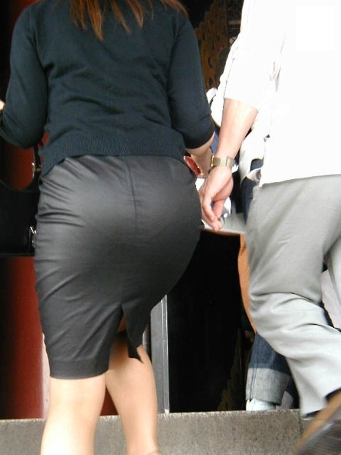 ピチピチタイトスカートからパンツ透けてる!