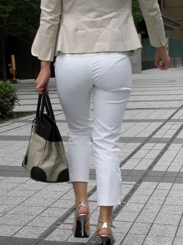 白ズボンでパンティーが透け透けで堪らん!