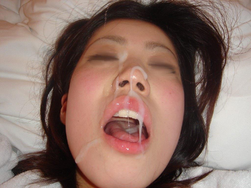 口を大きく開けてザーメンを受け止める美女!
