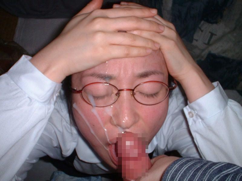 眼鏡掛けてる女の子に精子をぶっかけ!