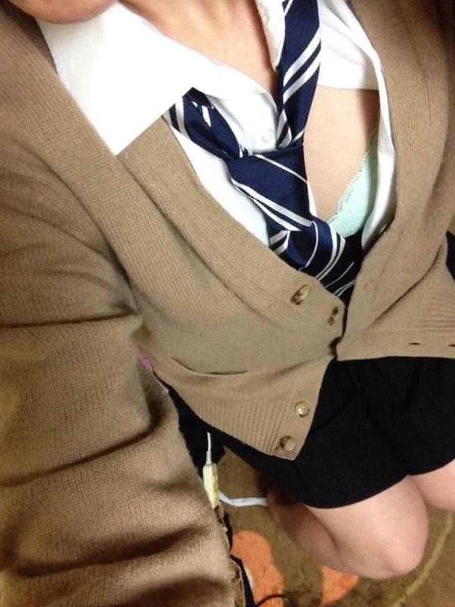 女子校生の水色ブラジャーが見えまくり!
