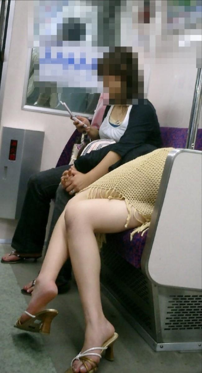 色白でセクシーな美脚の女性を隠し撮り!