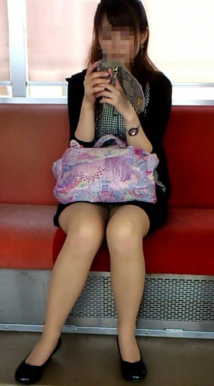 対面に座る美人お姉さんの美脚に惚れた!