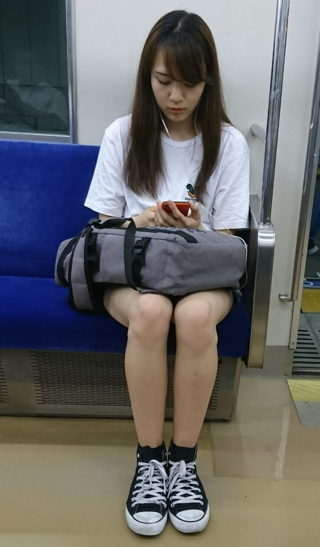 対面席から美脚のお姉さんをスマホ撮り!