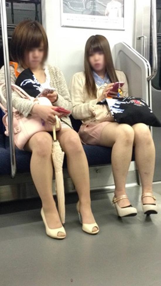 電車で座ってる美脚女性たちを隠し撮り!