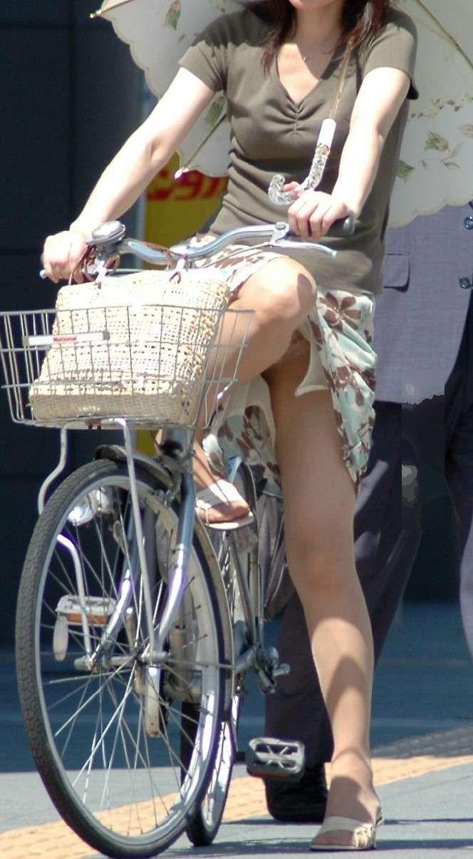 自転車を降りる時はパンチラのチャンス!