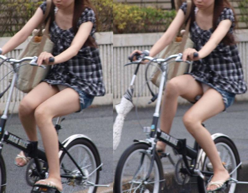 純白パンツが丸見えな自転車パンチラ盗撮!
