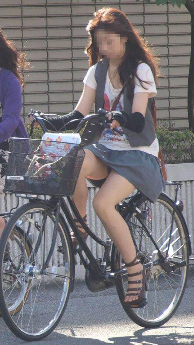 チャリに乗る女性のスカートから少しパンチラ!