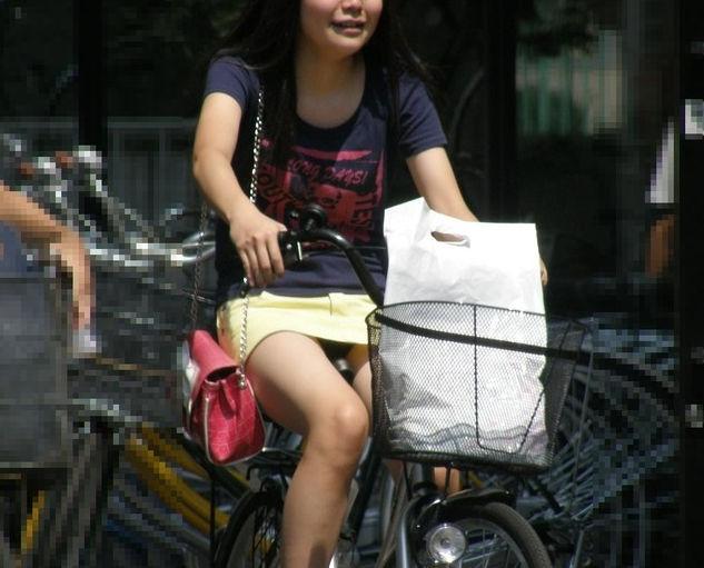 細身のお姉さんが自転車でパンツ丸見え!